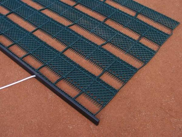 Schleppmate Super-Clean fegt Blätter vom Tennisplatz